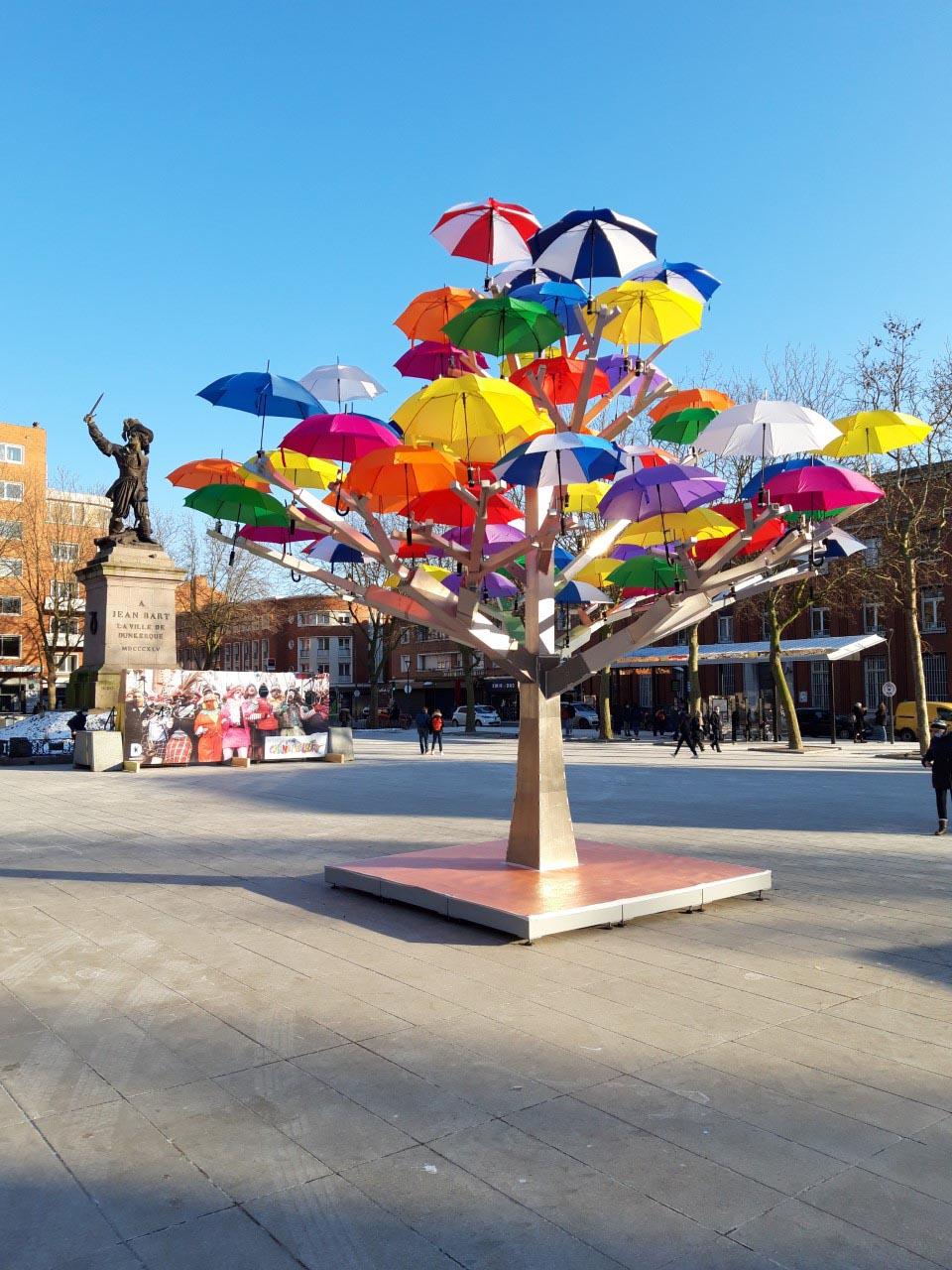 L'arbre à parapluies situé place Jean Bart...