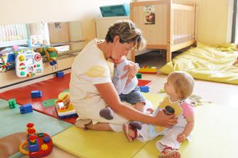 Les crèches collectives et les multi accueils accueillent les enfants pendant le temps de travail des parents.